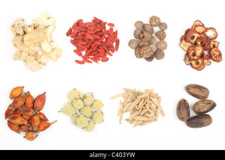 Stapel der traditionellen chinesischen Medizin, die isoliert auf weißem Hintergrund. - Stockfoto