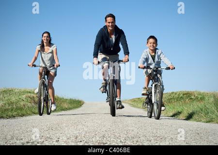 Familie Land Straße Radfahren - Stockfoto