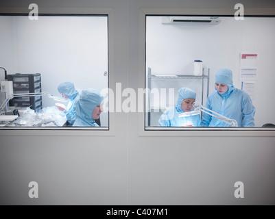 Wissenschaftler im Reinraum arbeiten - Stockfoto