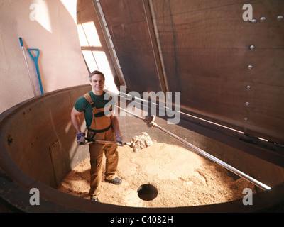 Arbeiter Schaufeln verwendet Hopfen in Brauerei - Stockfoto