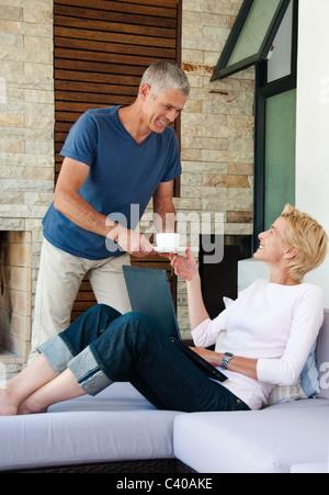 Mann verleiht Frau Kaffee. - Stockfoto