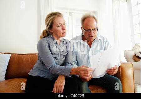 Paar suchen durch Rechnungen - Stockfoto