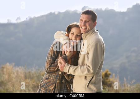 Junges Paar in Ländliches Motiv umarmen - Stockfoto