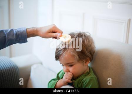 Vater Bürsten Kleinkind Sohn Haar, beschnitten - Stockfoto