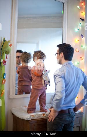Vater und Sohn gemeinsam im Kindergarten - Stockfoto