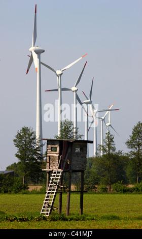Windenergiepark, hölzerne Hirsche stehen, in der Nähe von Rhede, Deutschland. - Stockfoto