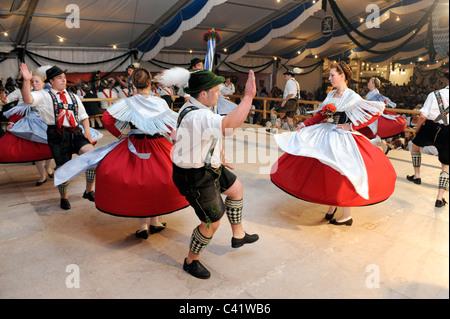 """Tänzer in traditionellen Kostümen zeigen die berühmten Tanz """"Schuhplattler"""" in Bayern, Deutschland - Stockfoto"""