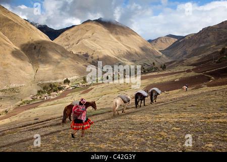 Peru, Patakancha, Patacancha, Dorf in der Nähe von Ollantaytambo. Indische Frau in traditioneller Kleidung, die - Stockfoto