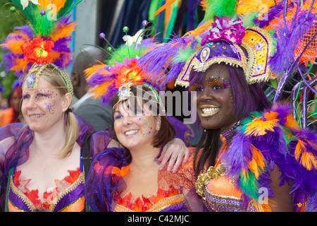 Caribbean Kostüme _ drei Mitglieder der Tanzgruppe am Karibik Karneval Preston, Lancashire, UK _ Mai 2011 - Stockfoto