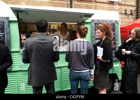 Kunden kaufen Essen zur Mittagszeit von Luardo grünen van Whitecross Street Market in der Nähe der Barbican London - Stockfoto