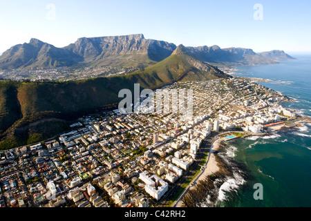 Luftaufnahme der Kapstadt Vororte von Sea Point, Fresnaye und Bantry Bay mit dem Tafelberg im Hintergrund sichtbar. - Stockfoto