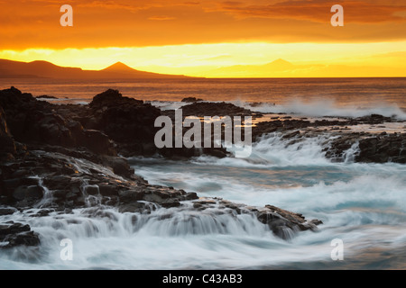 Dramatischen Sonnenuntergang vom Norden von Gran Canaria mit den Teide auf Teneriffa auf der rechten Seite. - Stockfoto