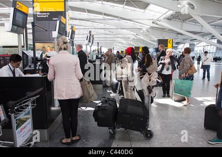 BA-Check-in Warteschlange - Terminal 5 – Flughafen Heathrow - London - Stockfoto