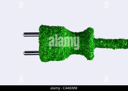 Grass bedeckt energiesparende Netzkabel - Stockfoto