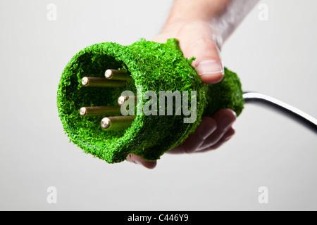 Energiesparende Netzkabel in grünen Rasen bedeckt - Stockfoto