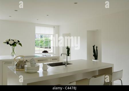 Armatur Und Waschbecken In Modernen Küche; Moderne Minimal Küche Mit Corian  Arbeitsplatten Und Weiße Wände   Stockfoto