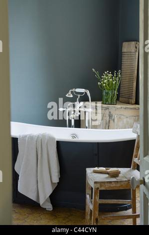 ... Eiffel Freistehende Badewanne Im Badezimmer Mit Notleidenden Bergung  Stil Aus Holz Französische Möbel   Stockfoto