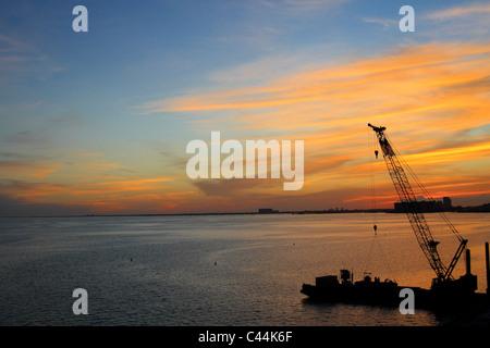Blick auf den Sonnenuntergang über die Bucht von Biscayne, aus den Rickenbacker Causeway (Highway 913), Miami, Florida - Stockfoto
