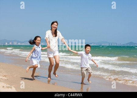 Familie am Strand - Stockfoto