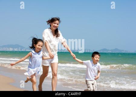 Eltern beobachten, wie Kinder spielen - Stockfoto