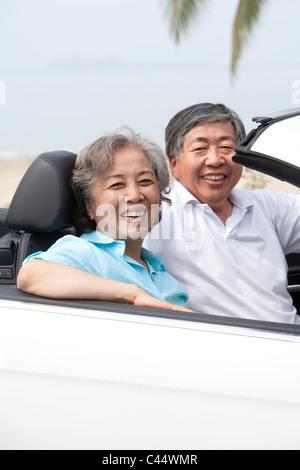 Senior Brautpaar posiert in einem Cabrio - Stockfoto