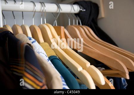 Mans Garderobe mit Kleidung auf Kleiderbügeln - Stockfoto