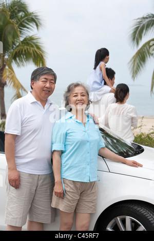 Gerne älteres Paar mit Familie - Stockfoto