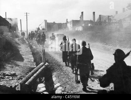 Deutsche Soldaten marschieren an der Ostfront 1944 - Stockfoto