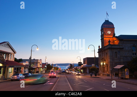 Blick auf Rathaus und York Street in der Abenddämmerung. Albany, Western Australia, Australien - Stockfoto