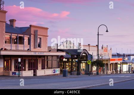 Geschäfte auf der York Street in der Abenddämmerung. Albany, Western Australia, Australien - Stockfoto