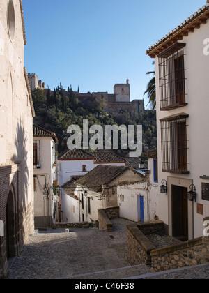 Ein Blick auf die Alhambra von der alten Wohnstraßen von Granada, Spanien - Stockfoto