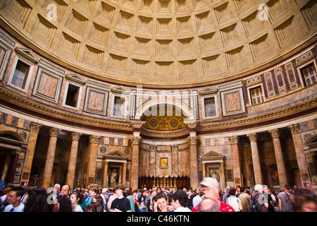 Eine Schar von Touristen in das Pantheon in Rom - Stockfoto