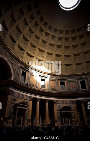 Ein Spot mit Sonne durch das Dach des Pantheons - Stockfoto