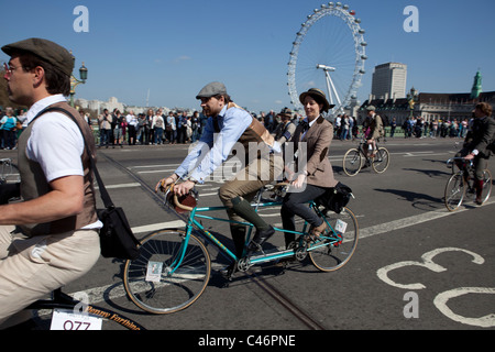 Der Tweed Run, London, UK, 11. April 2011: Teilnehmer Westminster Brücke - Stockfoto
