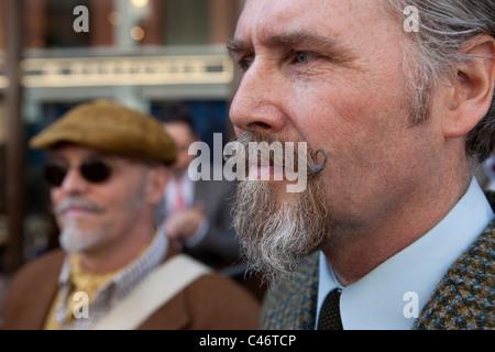 Der Tweed Run, London, UK, 11. April 2011: Teilnehmer beenden um ihre Schnurrbärte beurteilt haben - Stockfoto