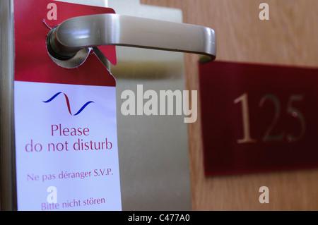 """""""Bitte nicht stören"""" Schild hing an einer Hotel-Türgriff - Stockfoto"""