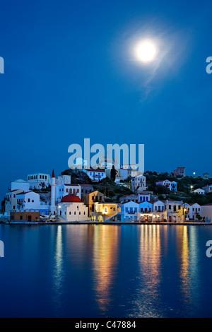 """Nachtansicht (Vollmond) von dem malerischen Dorf von Kastellorizo (oder """"Meghisti"""") Insel, Dodekanes, Griechenland"""
