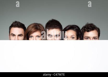 große Augen zeigen neben textfreiraum für Werbung - Stockfoto