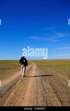 Mann zu Fuß unterwegs in der Gobi-Wüste, Mongolei - Stockfoto