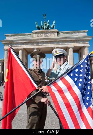 Akteure in sowjetischen und amerikanischen Uniformen posiert in Front des Brandenburger Tors in Berlin Deutschland - Stockfoto