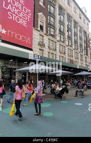 New Yorker Kaufhaus Macys mit Tischen auf der Straße davor - Stockfoto