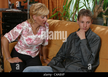Mutter mit Sohn im Haus - Stockfoto