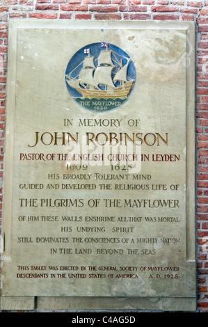 """Stein zum Gedenken an John Robinson (Pastor der """"Pilgrim Fathers"""") in die Pieterskerk, Leiden, Niederlande. - Stockfoto"""