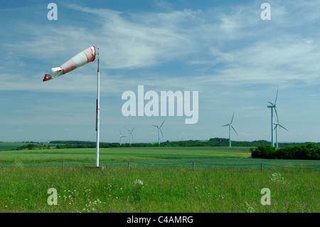Windsack und Windkraftanlagen, Lothringen, Frankreich - Stockfoto