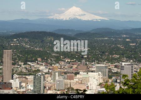 Portland Oregon Innenstadt Stadtbild mit Mount Hood - Stockfoto