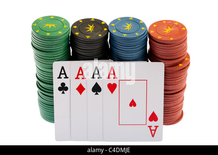 Gewinnen... Casino-Chips und vier Asse hautnah, auf weißem Hintergrund - Stockfoto