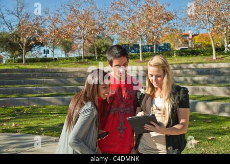 Kalifornien Multi ethnischen Rasse ethnisch Gruppe Teenager Blackfoot Indianer, Hispanic Jugendliche mit iPhone - Stockfoto
