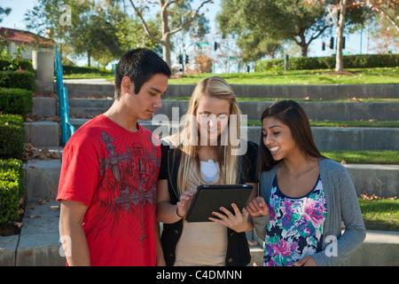 Multi ethnischen Rasse ethnisch Gruppe Teenager hängen amerikanische Blackfoot Indianer, kaukasischen und Hispanic - Stockfoto