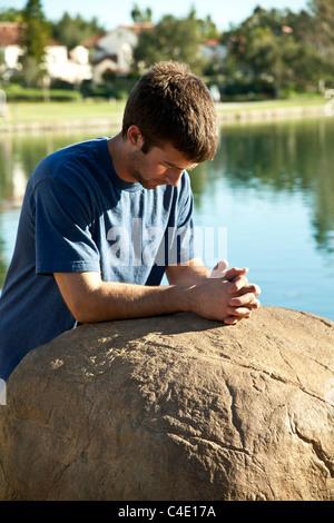 15-18 jährigen Mann jährigen Jungen Meditation, Gebet und nachdenklich allein im Park. Herr © Myrleen Pearson - Stockfoto