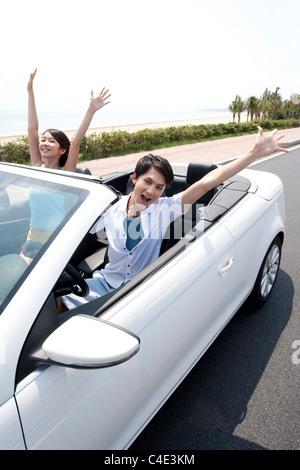 Junge Leute, die Spaß in einem Cabrio - Stockfoto